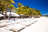 Tropical white sunny beach in beautiful exotic resort — Stock Photo