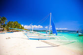 Boat at the beauty beach with turquoise water — Foto Stock