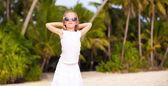 地处热带的海滩、 长滩岛、 菲律宾的长礼服的美丽小姑娘 — 图库照片