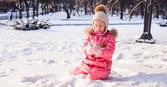 Adorable little girl outdoor in the park on a winter day — Stock Photo