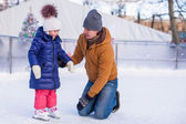 Family vacation on skating rink — ストック写真