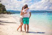 Ungt par har kul på vit sandstrand — Stockfoto