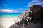 Large smooth stones with turquoise water on the paradise island — Stock Photo