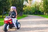 Adorabili bambine motobike capretto nel parco verde a cavallo — Foto Stock