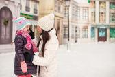 Urocze dziewczynki i jej matka młody na lodowisko — Zdjęcie stockowe