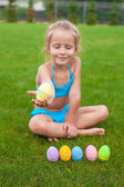 Little beautiful girl holding an Easter egg — Stock Photo