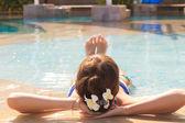Linda menina relaxante na piscina tranquila de luxo — Fotografia Stock