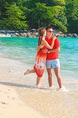 Genç çiftin birbirlerini tropik sahilde zevk — Stok fotoğraf