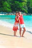 Jong koppel genieten van elkaar op een tropisch strand — Stockfoto