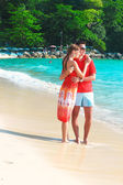 Young couple enjoying each other on a tropical beach — Stock Photo