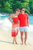 Jonge romantisch paar wandelen op exotische strand in zonnige dag — Stockfoto