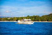 大双体船在薄荷岛附近的公海 — 图库照片