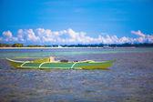 Kleines boot im blauen türkisen wasser — Stockfoto