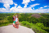 Young mother and little girl at excursion to the Chocolate Hills — Stock fotografie