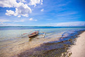 Small Fishing boat on the white tropical beach — Stok fotoğraf