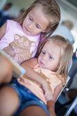 Bedårande liten flicka i flygplatsen tittar på laptop väntan flyg — Stockfoto