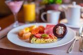 Philippino desayuno con frutas y café — Foto de Stock