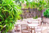 Hotel patio med trämöbler i grönt gräs — Stockfoto