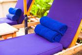 Primer plano de toallas en las tumbonas de la piscina — Foto de Stock