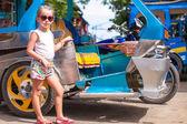 Petite fille près de threecycles de transport local dans les pays asiatiques — Photo