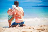 Ojciec z córką trochę relaksu na plaży biały — Zdjęcie stockowe