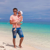 Happy father and his adorable little daughter at white sandy beach — Stock Photo