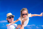 Young father and his adorable little daughter have fun at tropical beach vacation — Stock Photo
