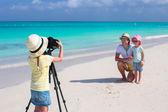 Petite fille faisant la photo de son père et la soeur à la plage — Photo