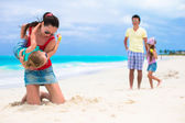 Happy family vacation on caribbean perfect beach — 图库照片