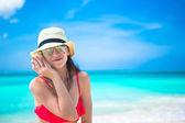 Linda menina com concha em mãos em praia tropical — Fotografia Stock