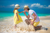 Happy father with his little daughter enjoying beach vacation — Stock Photo