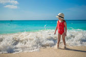 Happy little girl in hat at beach during caribbean vacation — Foto Stock
