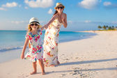 Happy mother and little daughter enjoy summer vacation — Stock Photo