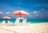 Vista paraíso tropical plage arena vacía con la silla de playa y paraguas — Foto de Stock