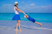 Happy mother and her adorable little daughter enjoy summer vacation — Stock Photo