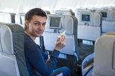 Gelukkig man met kleine modelvliegtuig binnen een grote vliegtuigen — Stockfoto
