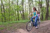 Mamma och lilla dotter cykling cykel på park — Stockfoto