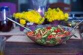 Zbliżenie płyty z sałatką na stole zdobione — Zdjęcie stockowe