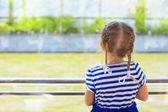 Küçük kız lüks gemisinden Nehri üzerinde seyir — Stok fotoğraf