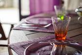 Closeup schöne Farbe Geschirr für eingerichtete Tabelle — Stockfoto