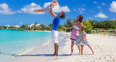 Happy family with two kids on summer vacation — Stock Photo