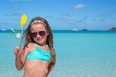 夏休みの間に白いビーチでのかわいい女の子 — ストック写真