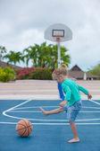 Küçük kız basketbol sahası tropikal tatil — Stok fotoğraf