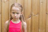 深刻な女の子は屋外の肖像画 — ストック写真