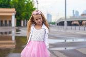 Mode vacker liten flicka utomhus — Stockfoto