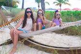 Moeder en kleine meisjes ontspannen in een hangmat in tropische resort — Stockfoto