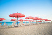 Paradise view of tropical empty sandy plage with umbrella and beach chair — Foto Stock