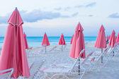 Paradies-Ansicht von tropischen leeren Sandstrand Plage mit Sonnenschirm und Stuhl — Stockfoto