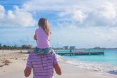 Szczęśliwy ojciec i jego ładny córeczkę na plaży — Zdjęcie stockowe