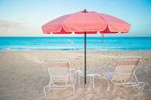 Dos sillas y sombrilla en la impresionante playa tropical — Foto de Stock